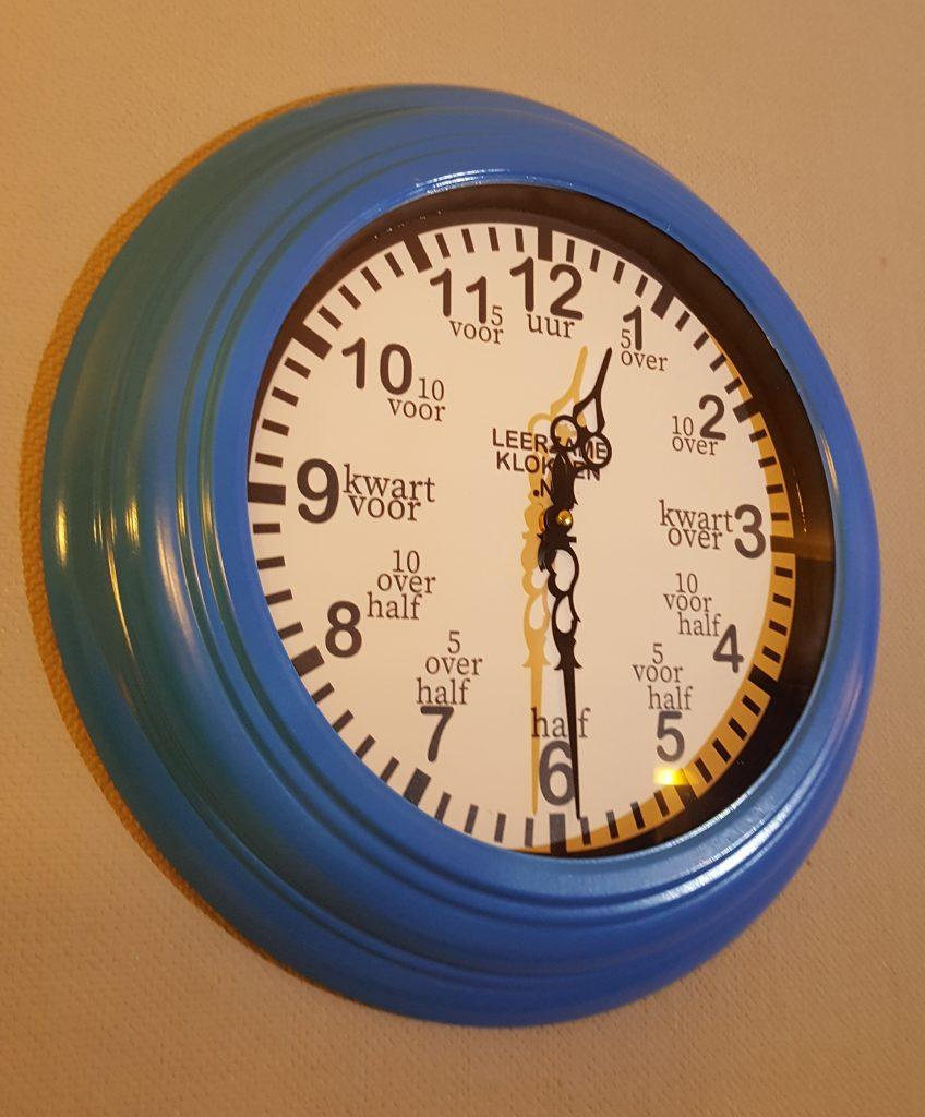 leerzame klok 44 cm blauw wit leerzame klokken. Black Bedroom Furniture Sets. Home Design Ideas